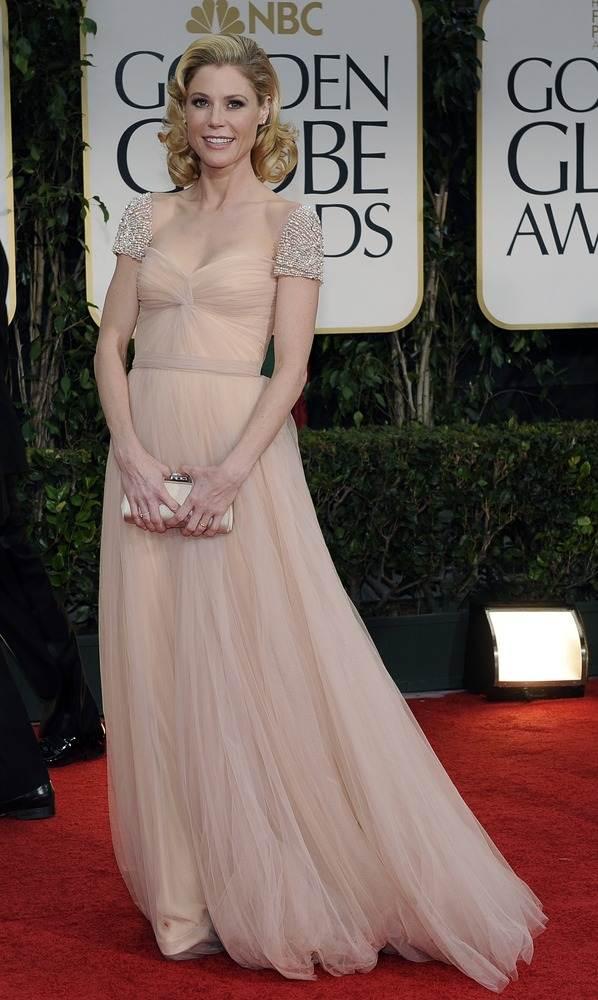 Джули Боуэн в бледном ретро платье