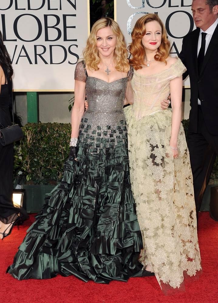 Мадонна, одетая в платье Reem Acra, позировала с Андреа Райзборо. Мадонна получила Глобус на песню к фильму Шедевр
