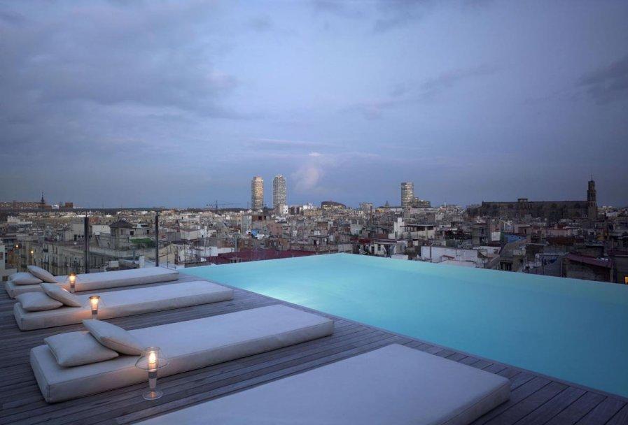 Бассейн на крыше Grand Hotel Central в Барселоне