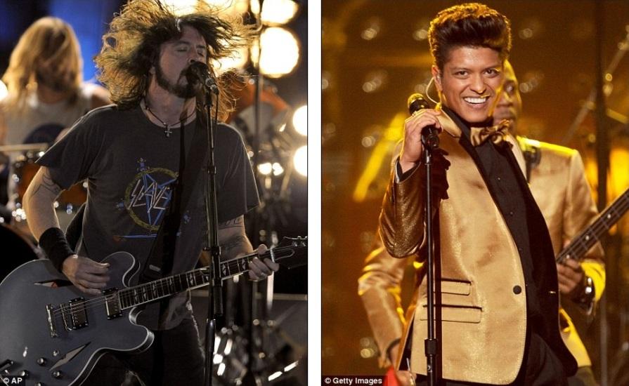 Дэйв Грол со своей группой Foo Fighters и эстрадный певец Бруно Марс