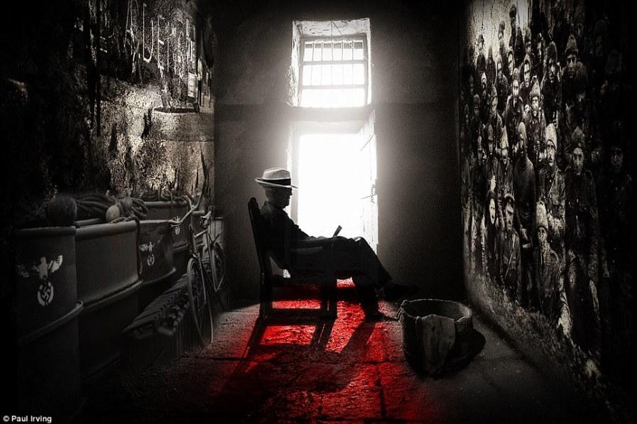 Сидящий мужчина в лучах света