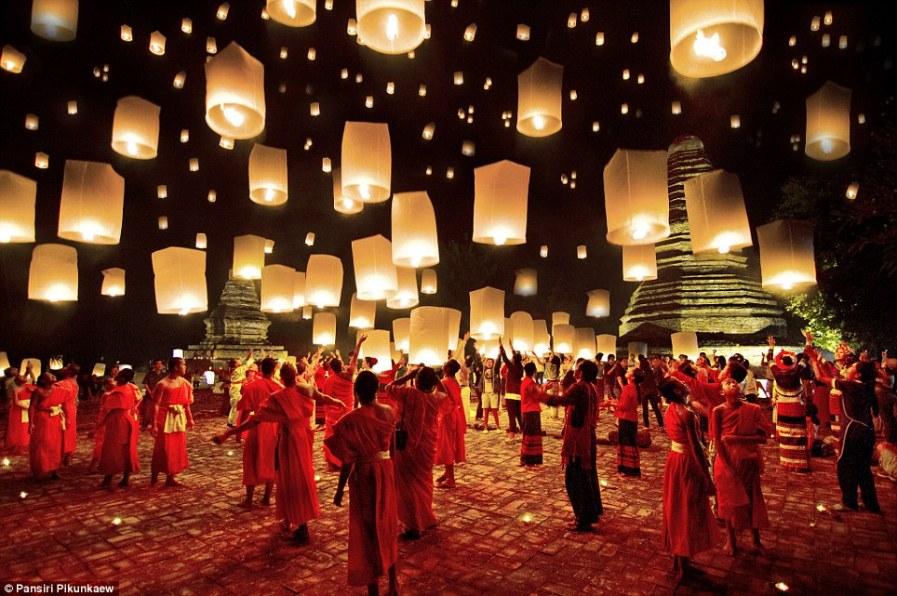 Ночное небо, освещенное десятками фонариков в Таиланде