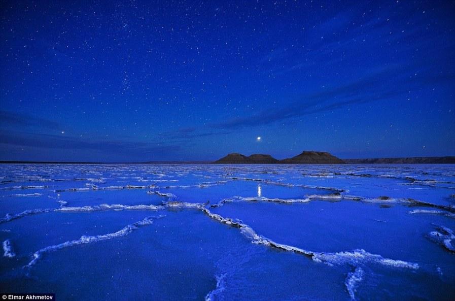 Звездное небо над солончаковой пустыней в западном Казахстане