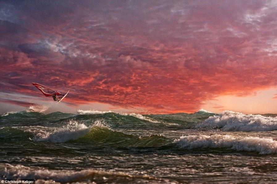 Серфер на фоне великолепного заката