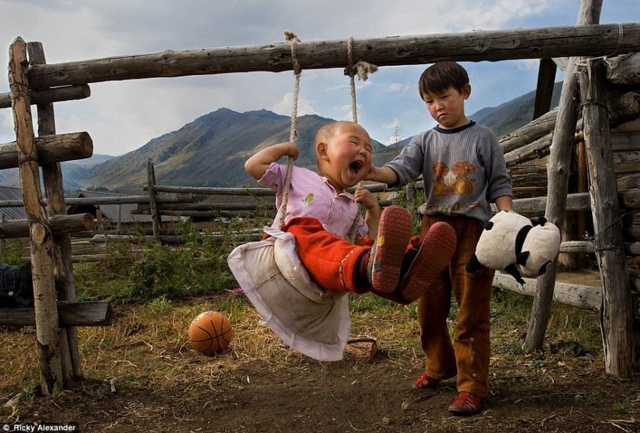 Брат с сестрой играют в Северном Синьцзяне, Китай