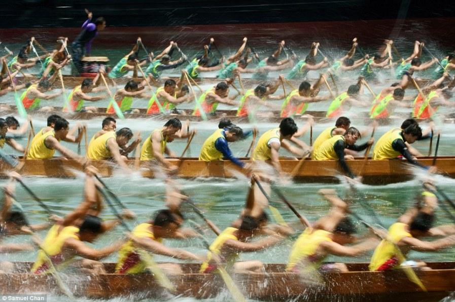 Гонки на лодках-драконах в Китае во время фестиваля
