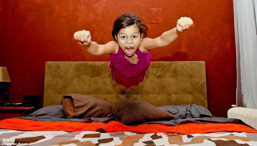 Самый быстрый кадр, девочка в прыжке над кроватью