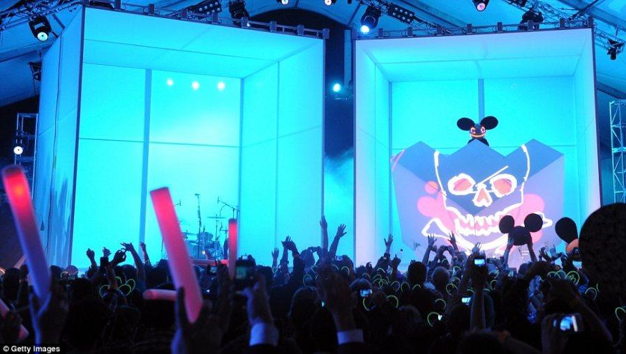 Deadmau5 вышел на синюю флюоресцентную сцену