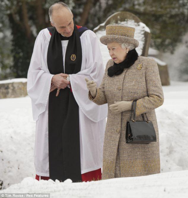 Королева беседует с викарием церкви West Newton, Норфолк