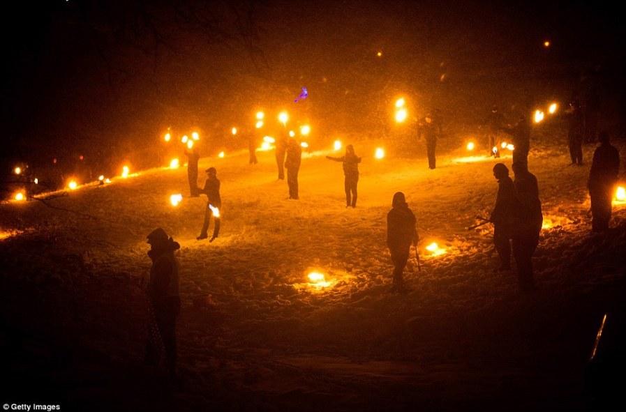 Да будет свет, факелы, символизируют возвращение солнца
