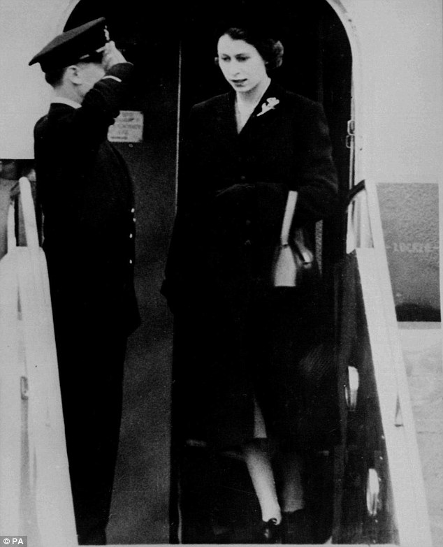 Ее Величество вся в черном, прибыла обратно в Великобританию из Кении 7 февраля 1952 года, на следующий день после того, как она услышала о смерти отца