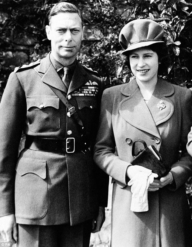 Елизавета с отцом Георгом VI в апреле 1944 года