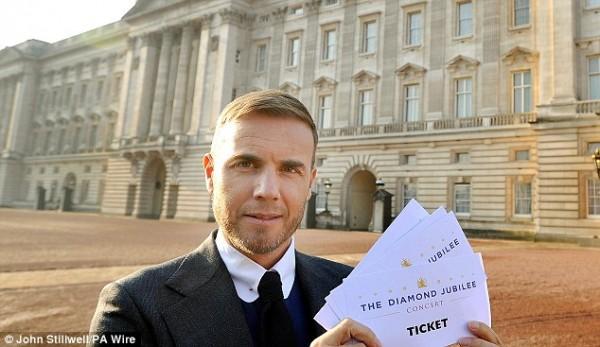 Гари Барлоу с напечатанными билетами для концерта