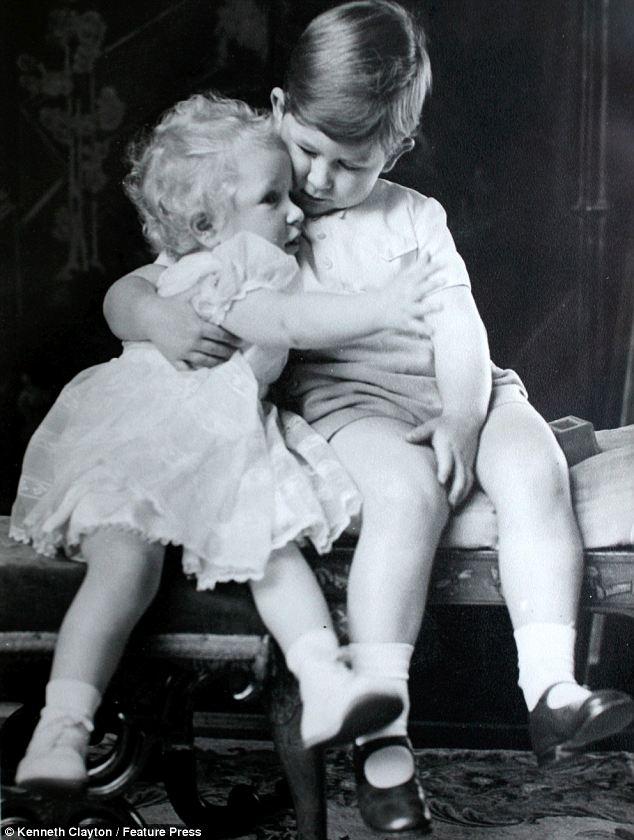 Принцесса Анна 18 месяцев и принц Чарльз 3 года