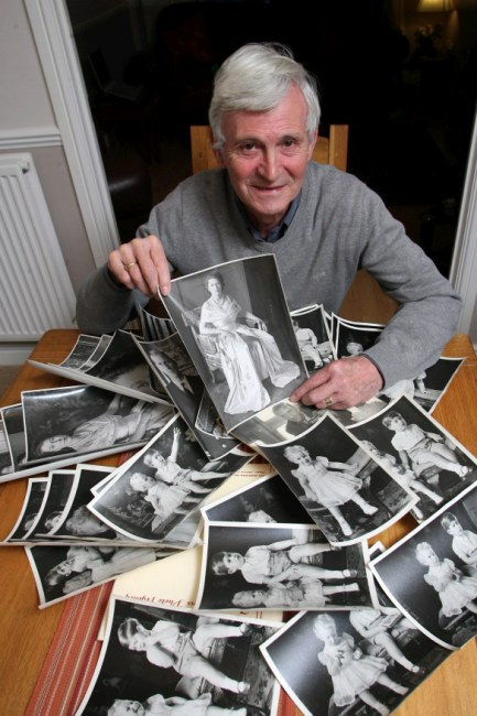 Daniel Clayton демонстрирует снимки своего отца