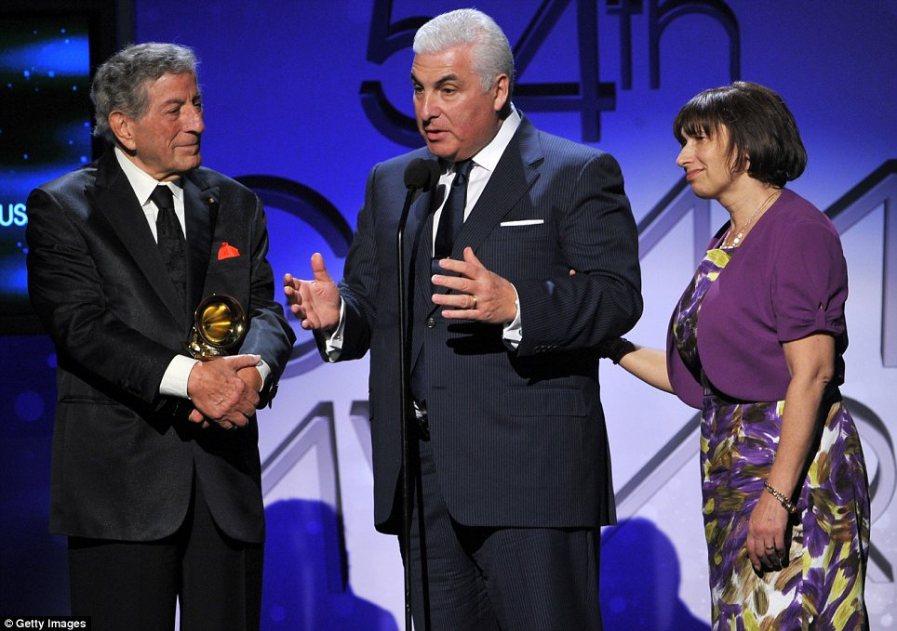 Mitch и Janis принимают награду от имени своей дочери