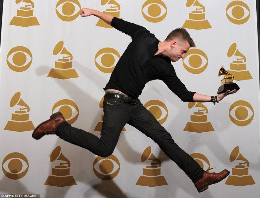 Райан Теддер прыгает от радости с наградой