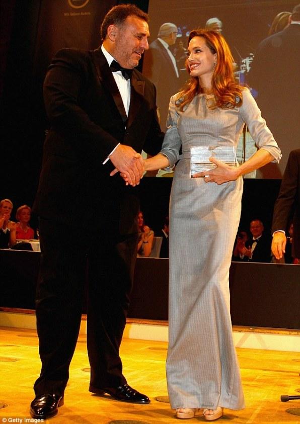 Всем было известно, что награду За мир выиграет Джоли