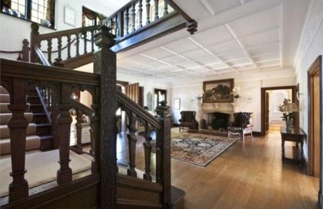 Деревянная лестница на второй этаж из зала