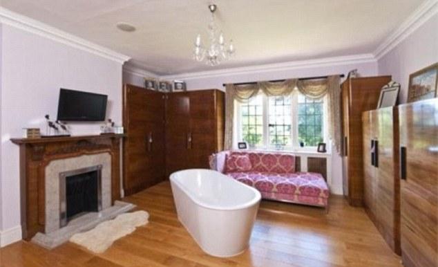 Гардеробная с камином и ванной