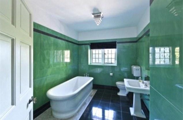 Еще одна ванная в комнате Адель