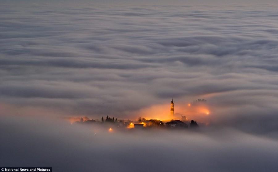 Плавучий остров в облаках Италии