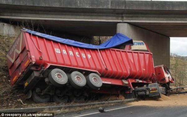Мост так же устоял в страшной аварии