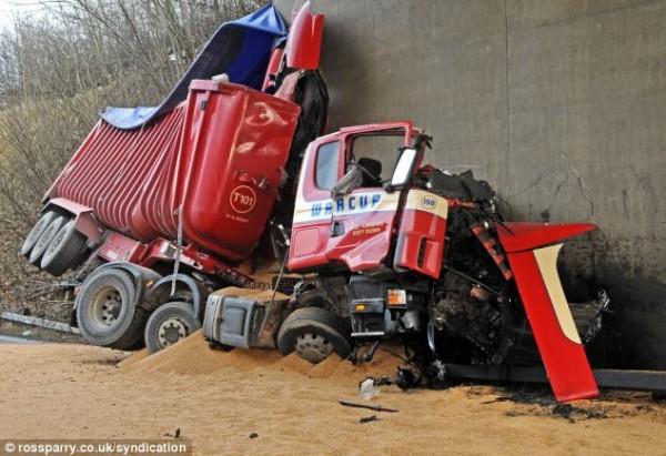 Части грузовика, оставшиеся с одной стороны моста