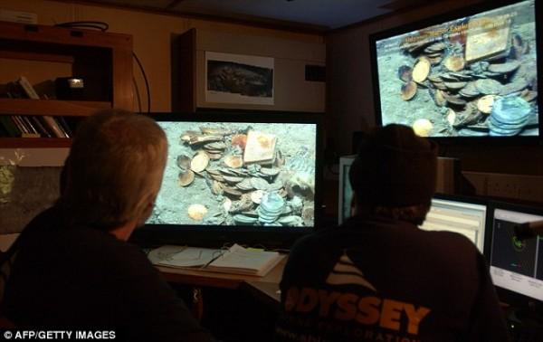 Команда Одиссеи рассматривает сокровища