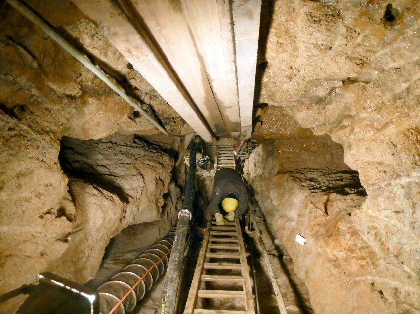 Рабочие очищают старинные шахты от воды и грязи
