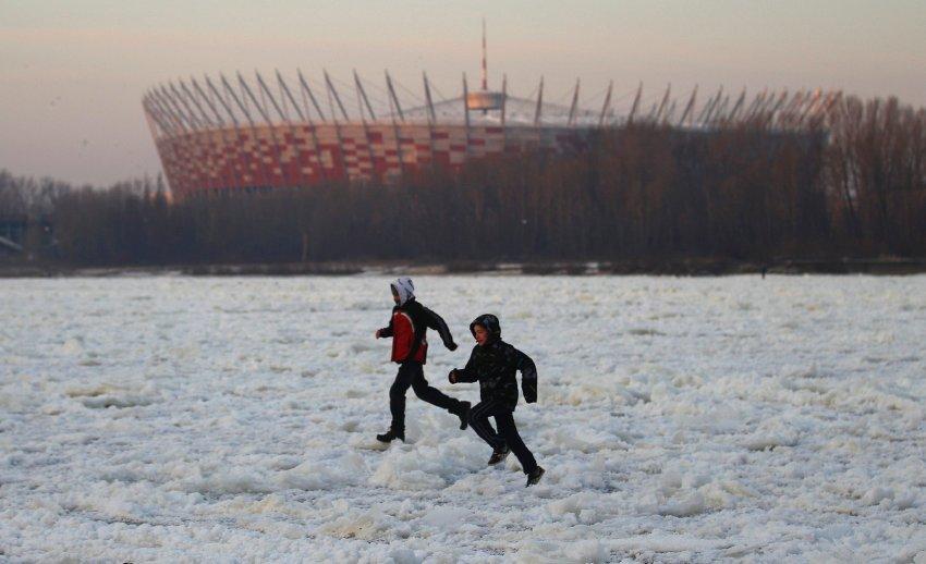Дети бегут по льду Вислы