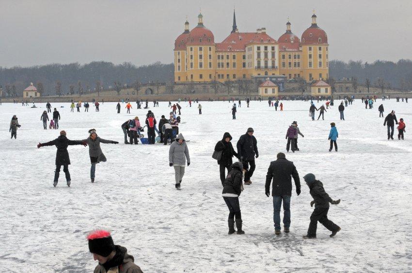 В Moritzburg недалеко от Дрездена, сотни людей на льду