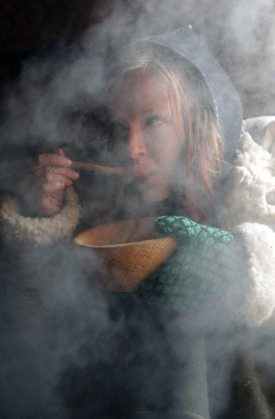 Еда с костра в деревянной посуде собственного изготовления
