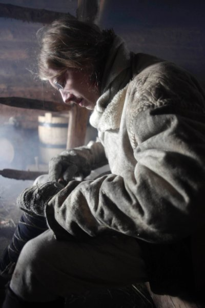 Anti Lillak занимается повседневными делами - вязание, плетение и резьба