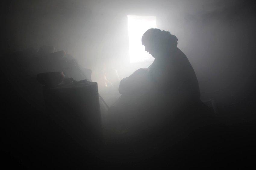 В хижине царит полумрак и много дыма
