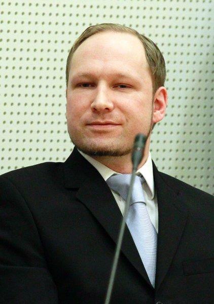 Суд Норвегии не допускает пропагандирования личности Брейвика, однако видно, как он мастерски позирует для фотокамер
