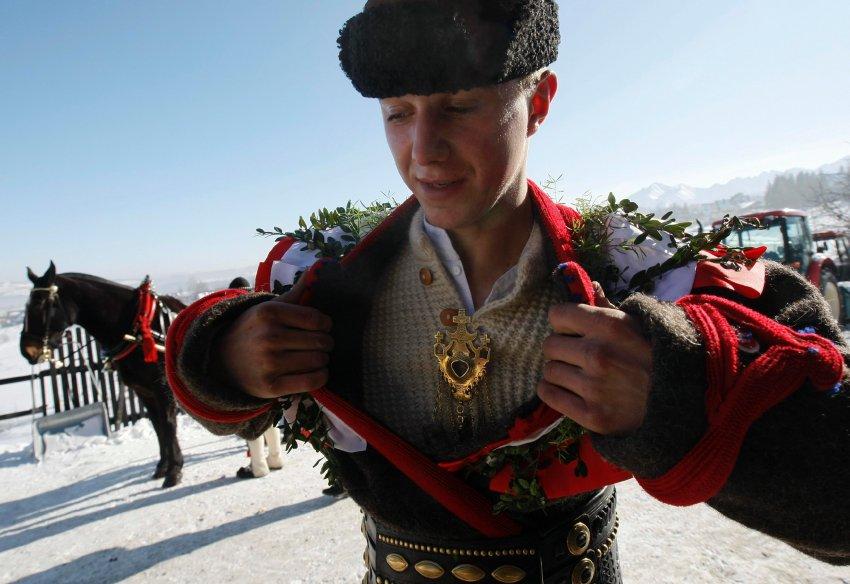 Wojtek Bucki перед гонкой в национальной одежде