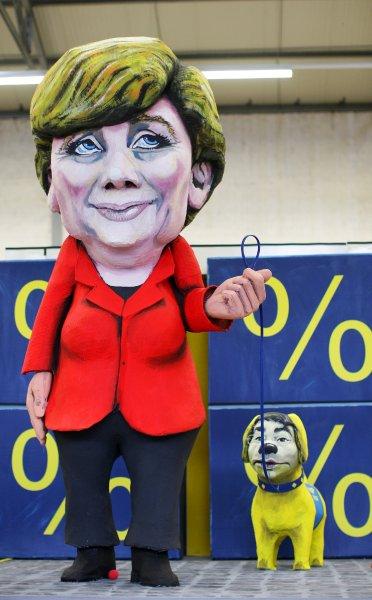 Меркель держит на поводке Филиппа Реслера. Реслер является заместителем Меркель и главой коалиционного Правительства Ангелы Меркель.