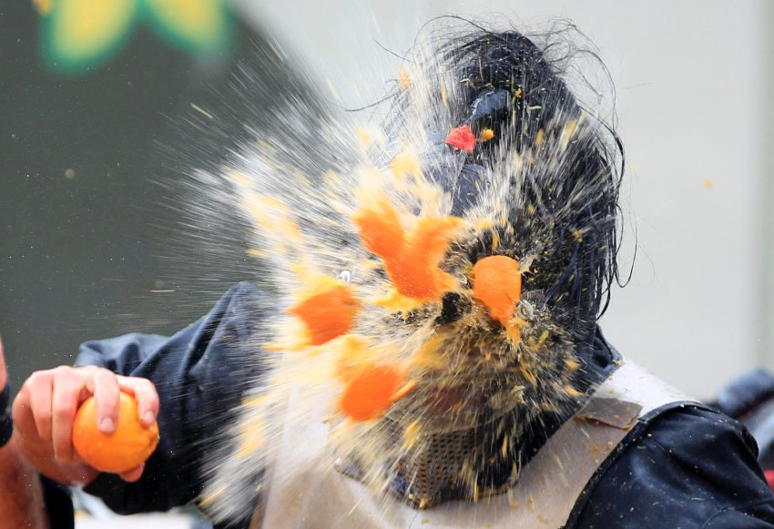 Имитация народного восстания средневековья при помощи 4 000 апельсинов
