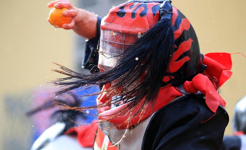 Участники баталий забрасывают друг друга фруктами, словно гранатами