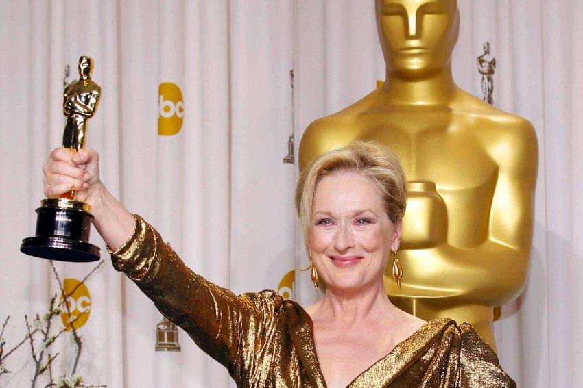 Meryl Streep держит в руках Оскар за лучшую женскую роль