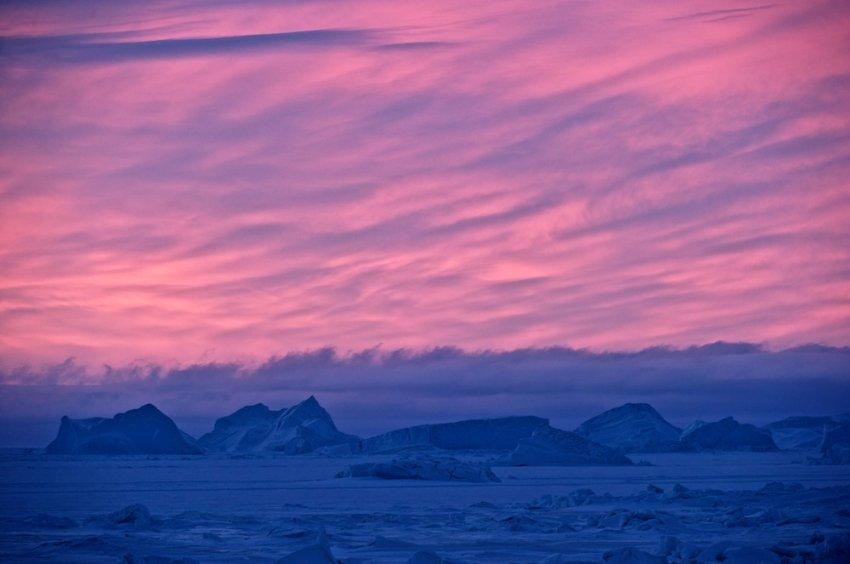 Небо становится красным, солнце встает в первый раз