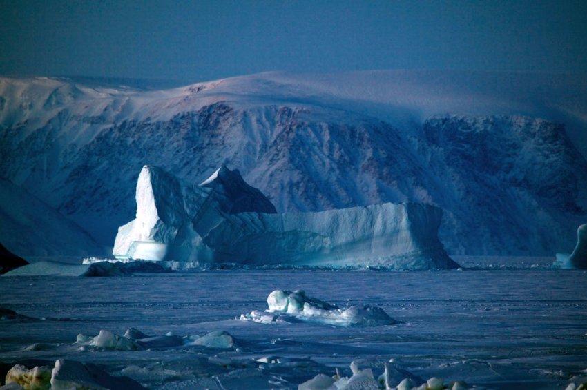 У берегов Qaanaaq бесчисленные айсберги