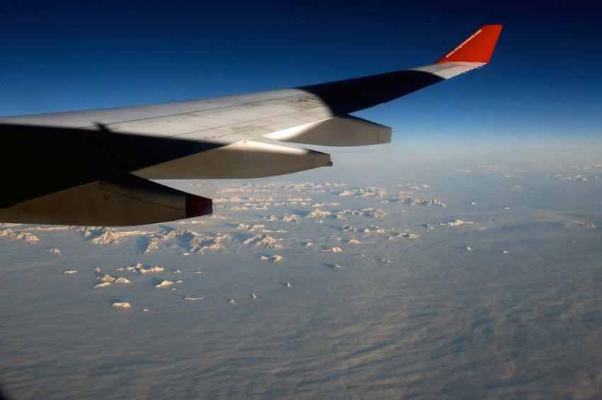 Под крылом самолета только лед и снег