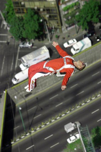 """В январе 2006 года, он спрыгнул с самого высокого здания в Латинской Америке, """"Торре Майор"""" в Мехико"""