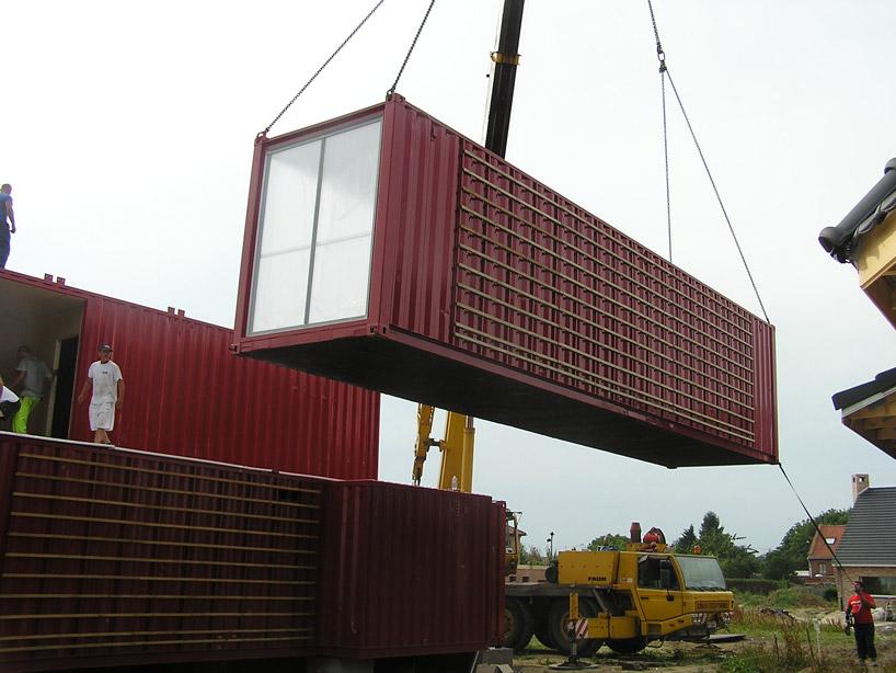 Сборка контейнеров при помощи крана