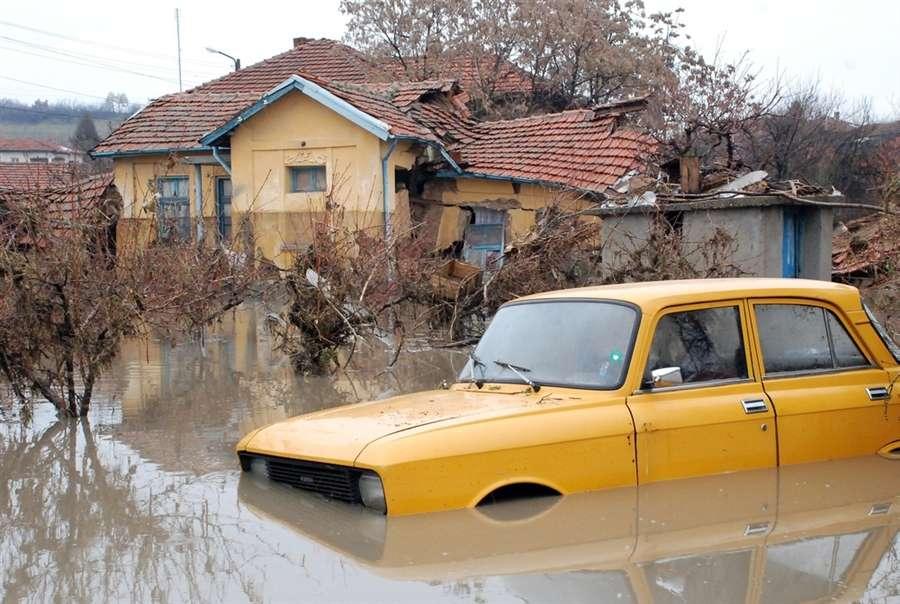 Автомобиль находится в затопленной деревне Бисер
