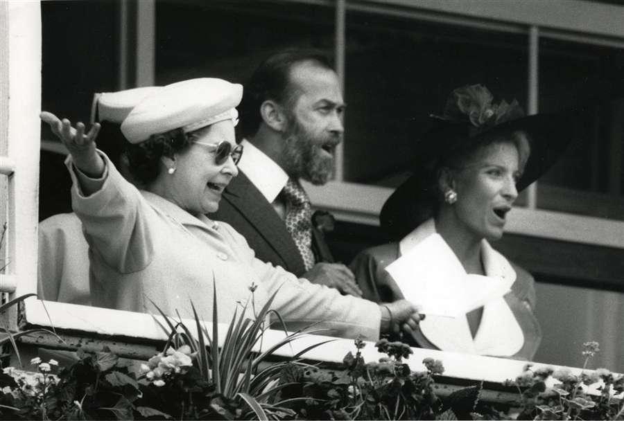 Королева с принцем и принцессой Кентскими радуются как Kahyasi выигрывает дерби, 1 июня 1988 года