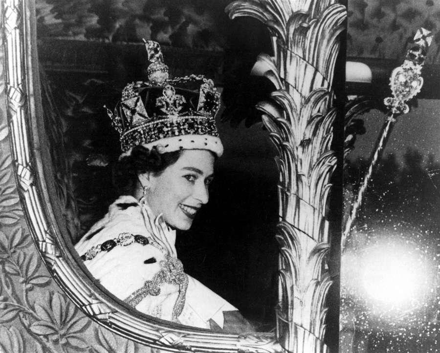 Королева возвращается в Букингемский дворец после коронации, 2 июня 1953 года