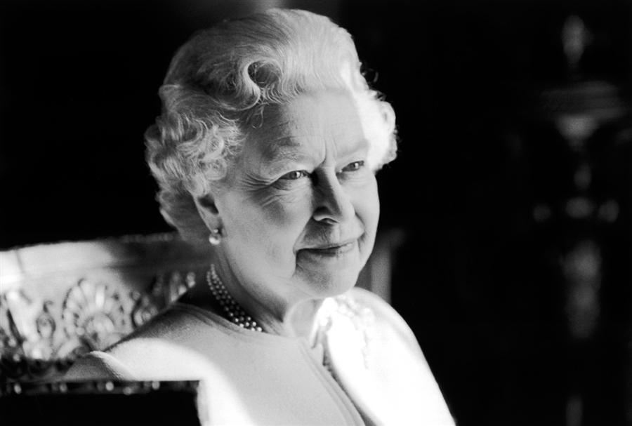 Портрет, сделанный во время празднования 80-летия королевы, февраль 2006 года, снимок является одной из 60 фотографий, включенных в выставку рисунков в Галерее Виндзорского замка